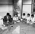 COLLECTIE TROPENMUSEUM Kinderen bij koranles te Tulehu TMnr 20000226.jpg