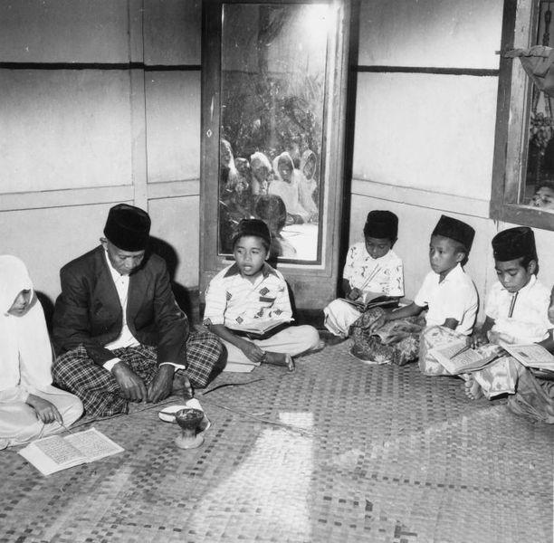 File: COLLECTIE TROPENMUSEUM Kinderen butir koranles te Tulehu TMnr 20000226.jpg