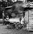 COLLECTIE TROPENMUSEUM Mensen koken in de open lucht TMnr 20000182.jpg
