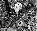 COLLECTIE TROPENMUSEUM Rafflesia Tuan-Mudae Becc met Dajakse vinder West-Borneo TMnr 10006209.jpg