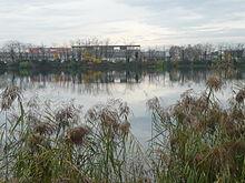 Photographie montrant le canal de Jonage et le centre commercial du Carré de soie