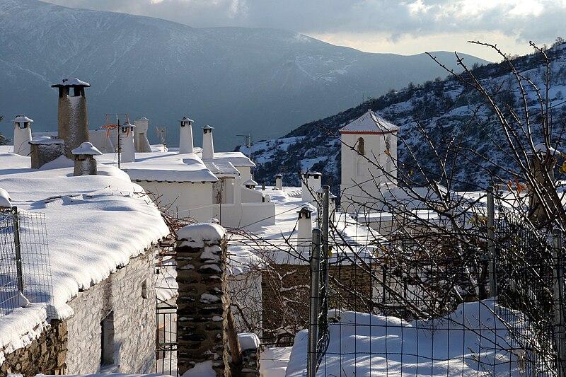 File:Chimeneas nevadas de Capileira.jpg