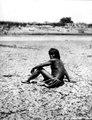 Choroti, manstyp (fotografititel, katalogkort). Man sittandes på en sanddyn. Gran Chaco. Bolivia - SMVK - 004762.tif