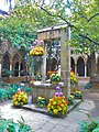 Claustre gòtic de Santa Anna, guarnit amb flors.jpg