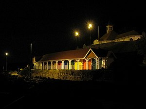 Colourful beach huts on Scarborough sea front ...