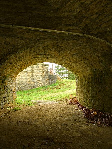 Dans l'accès à la caponnière double de l'enveloppe, à l'est du fort.  Lachaux fortifications (HDR).