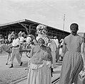 Creoolse vrouw met houtbundel op haar hoofd bij een markt in Paramaribo, Bestanddeelnr 252-4964.jpg