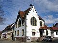 Das ehemalige Rathaus von Schallstadt, links das Gasthaus Rössle.jpg