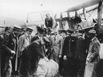 De eerste luchtpost arriveert per KLM in een gehuurde De Havilland DH-16 uit Londen op Schiphol.jpg