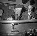 De twee mannen staan aan de bar, Bestanddeelnr 254-0002.jpg