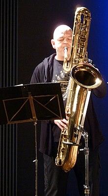 Dirk Raulf am Basssaxophon (Deep Schrott)