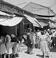 Drukbezocht marktstraatje in de stad, Bestanddeelnr 255-2275.jpg