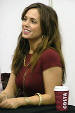 Photographie d'Eliza Dushku, l'actrice interprétant Faith, à la London Expo, le 16 octobre 2004.