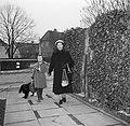 Ella Hedtoft met haar dochter en de hond op het tuinpad, Bestanddeelnr 252-8986.jpg