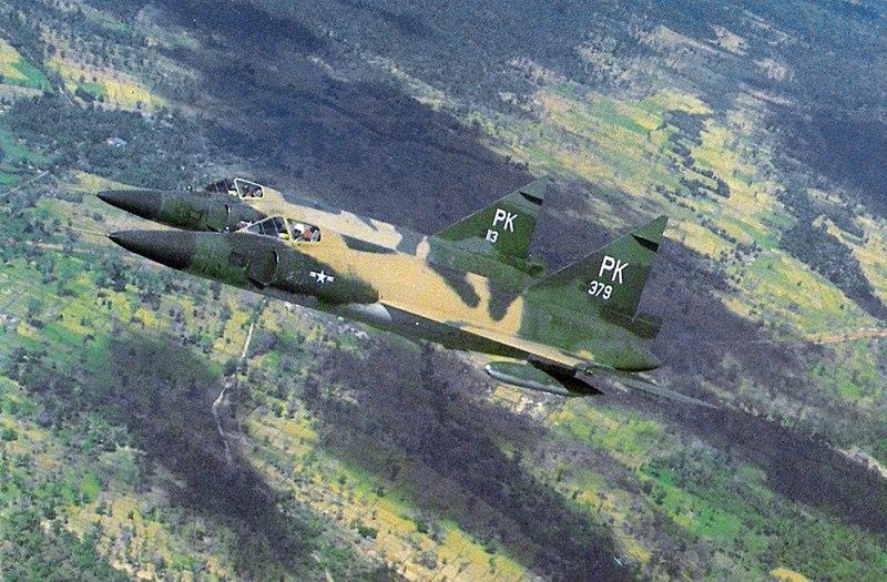 800px-F-102As_509FIS_over_Vietnam_Nov1966.jpg