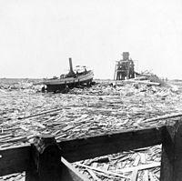 Escombros flotantes que rodean un bote cerca de Texas City