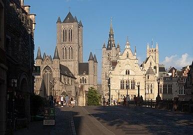 Gent, de Sint-Niklaaskerk oeg25149, en op de achtergrond het Belfort oeg24555 en de Sint-Baafskathedraal oeg25743 IMG 0829 2021-08-15 19.09.jpg