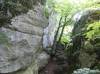 Schafberg (Swabian Jura) - Image: Gespaltener Fels Schwaebische Alb