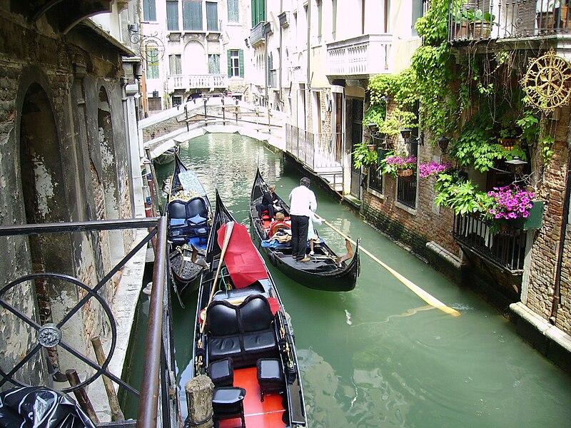 יעדים רומנטיים - ונציה, אדם חותר בתעלה