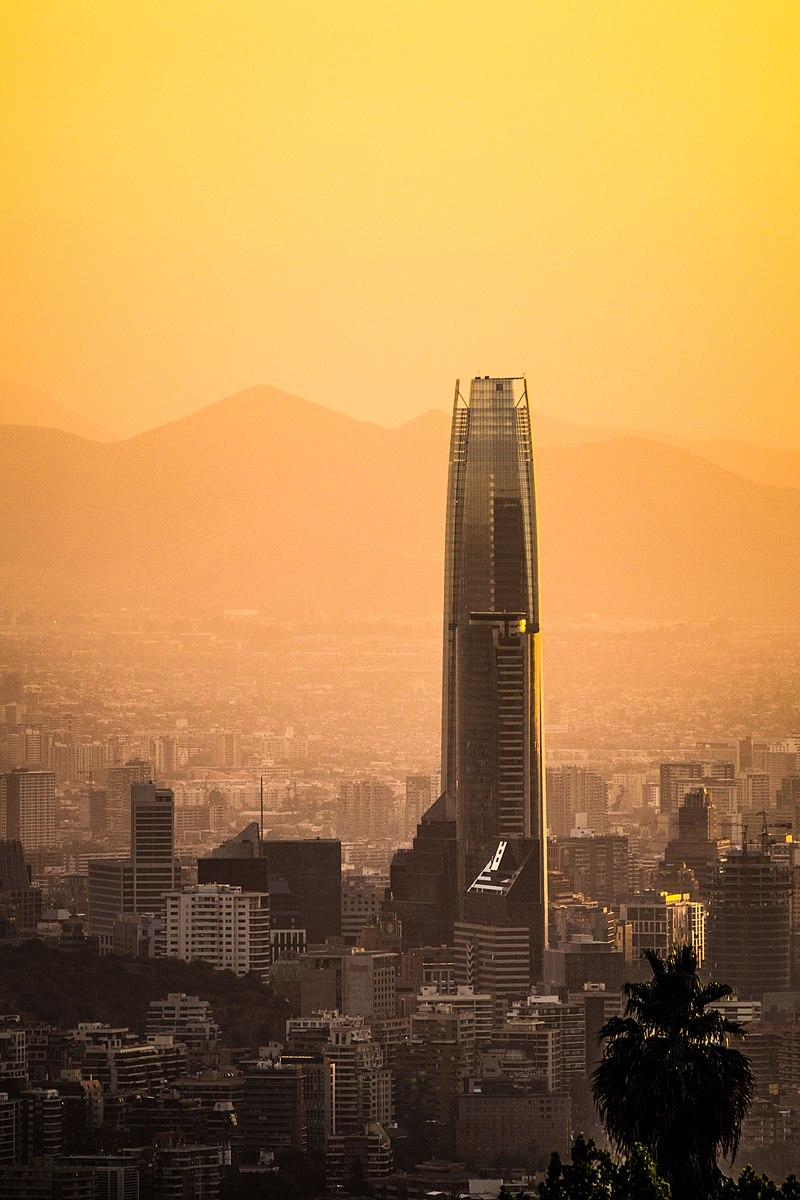 Gran Torre Santiago am Abend.jpg