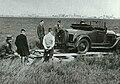 Heer kruisheer zet ford 2zitter op lier chassis schiphol 9 april 1933.jpg