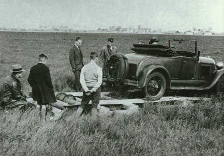Heer kruisheer zet ford 2zitter op lier chassis schiphol 9 april 1933