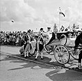 Het koninklijk paar in de calèche aan de kade van Willemstad, Bestanddeelnr 252-3585.jpg