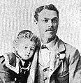 Hickman Lewis et l'un de ses fils.jpg