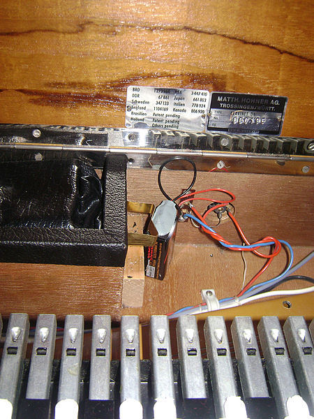 file hohner clavinet d6 running by a 9 volt battery wikimedia commons. Black Bedroom Furniture Sets. Home Design Ideas