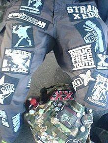 Несколько нашивок на штанах члена движения straight edge с такими надписями, как «юность без наркотиков» и «стань веганом»