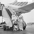 Japanse ambassadrices voor restaurant in Scheveningen, geposeerd op Schiphol, Bestanddeelnr 916-2009.jpg