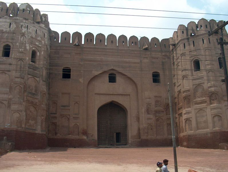 Tập tin:July 9 2005 - The Lahore Fort-A gate from the backside.jpg