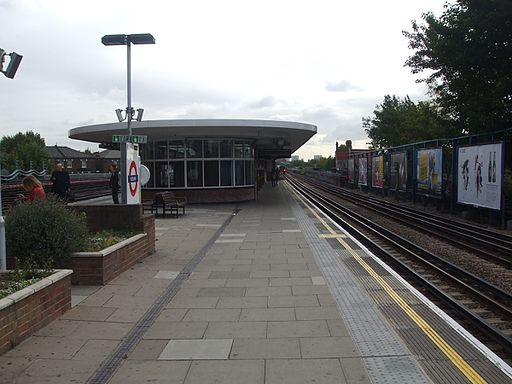 Kilburn station westbound look east2