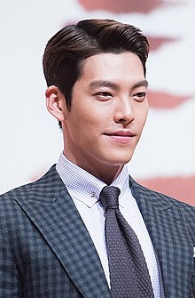 "Kim Woo-bin at ""Uncontrollably Fond"" press conference, 4 July 2016 01.jpg"