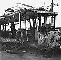 Kinderen spelen in een verwoeste tram, Bestanddeelnr 900-6392.jpg