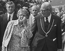 Koningin Juliana en burgemeester Hofstee Holtrop (1975)