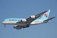Приближается корейский самолет Airbus A380-800.