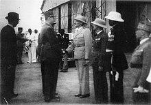 René Pleven derrière le général de Gaulle alors que Léon Geismar l'accueille à Dakar en 1943.