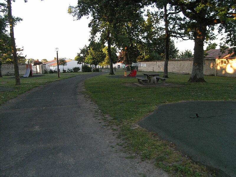 """Parc boisé et école maternelle """"Les Maronniers"""" (au fond) à La Jarrie commune de Charente-Maritime (France)"""