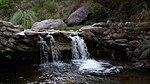 Una cascadita de un arroyo en la sierra, en Yacanto, Córdoba, Argentina.