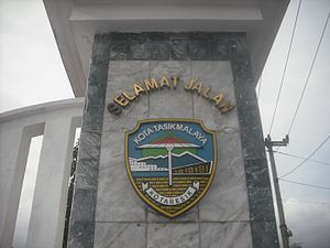 Tasikmalaya - Image: Lambang Kota Tasikmalaya di sebuah Monumen Perbatasan