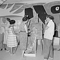 Leerlingen van een schildersklas worden in een atelier begeleid door o.a. de bur, Bestanddeelnr 255-2763.jpg