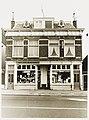 """Links Zevenhuizen 1-3, Auto Shop """"Bergerbrug"""". Rechts Zevenhuizen 5-7, tabakswinkel. Lijstgevel, kro - RAA011008531 - RAA Elsinga.jpg"""
