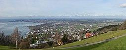 Panorama vom Pfänder auf den Bodensee vorne Lochau, Lindau und rechts Hörbranz.
