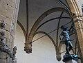 Loggia dels Lanzi de Florència amb el Perseu de Cellini.JPG