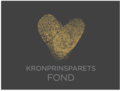 Logo Kronprinsparets Fond med Kronprinsparets fingeravtrykk formet som et hjerte.png