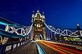 London Tower Bridge mit Verkehr zur blauen Stunde (9328328045).jpg