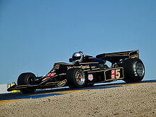 Photo d'une Lotus 77 en démonstration.