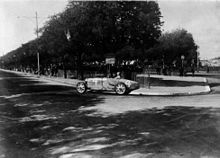 Photo de Louis Chiron en sortie de virage, au Grand Prix de Nîmes 1932