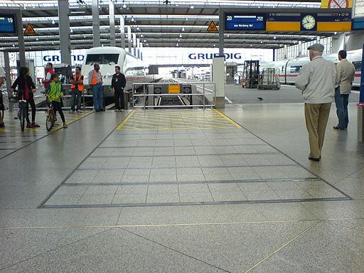 München Hauptbahnhof - Prellbock mit Scherendämpfer (gesperrte Fläche)